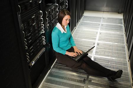 Abtrünnige Mitarbeiterin hackt sich ins Firmen-Mainframe um auf den Computer Ihres Vorgesetzten komprimittierende Bildmaterialien zu schmuggeln